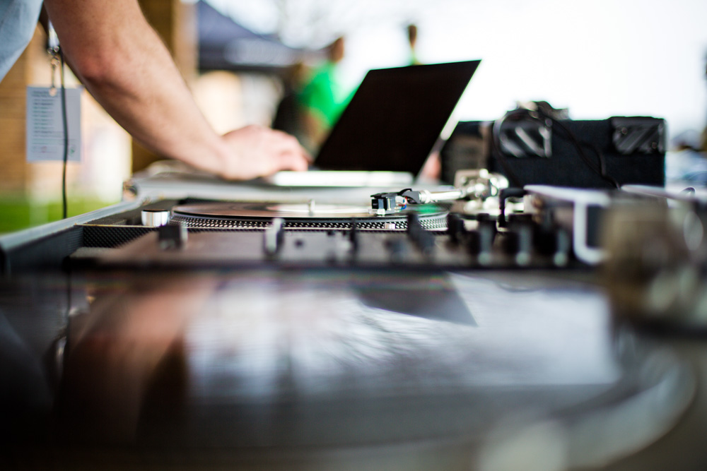 6 Tips for Hiring a Wedding DJ